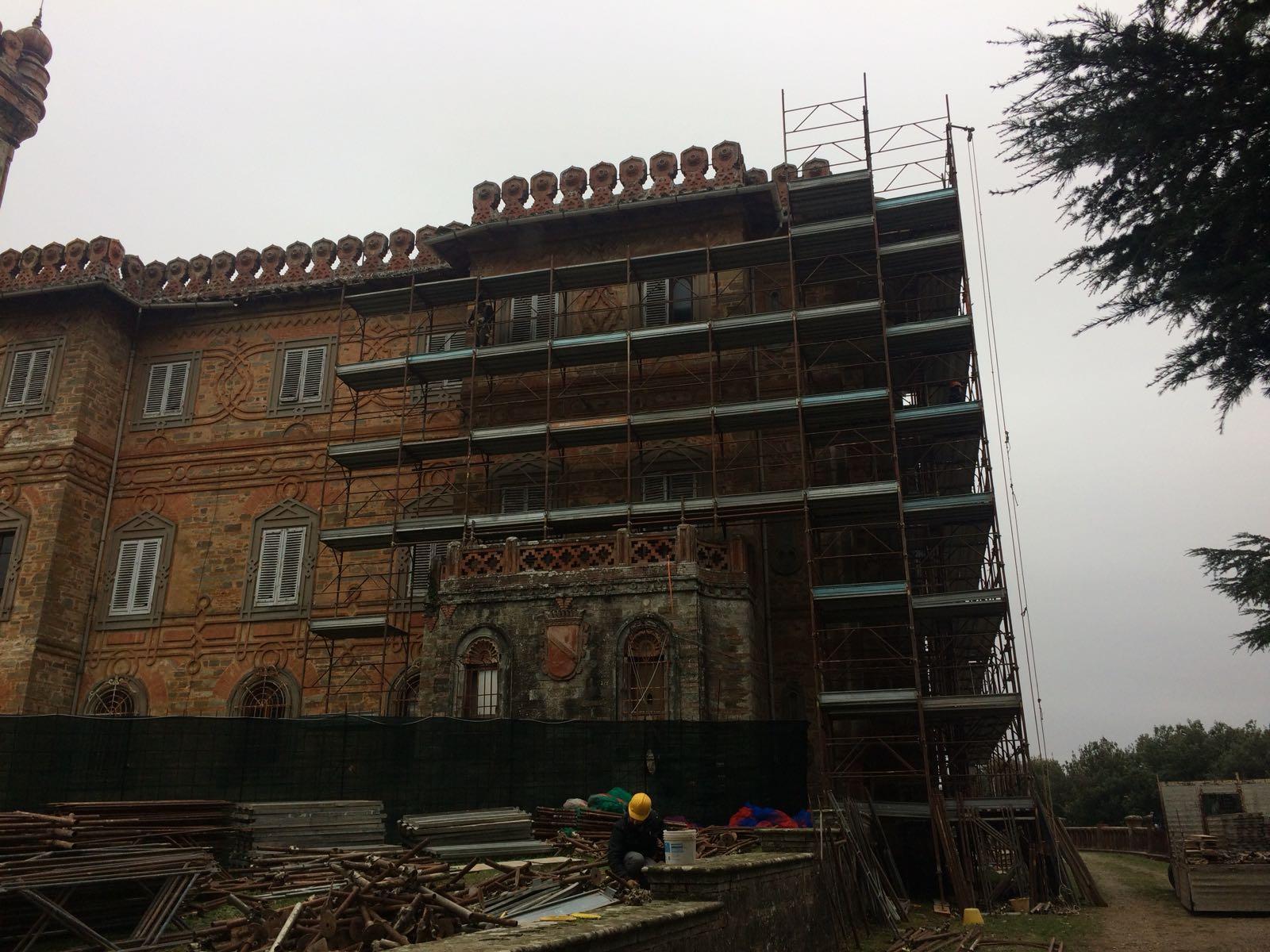 impalcatura sulla facciata del castello di sammezzano